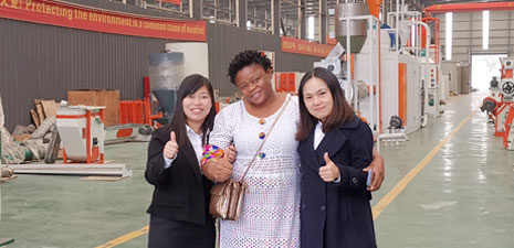 Angolan customer visits our factory and test extruder machine